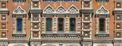 Windows av kyrkan av frälsaren på Spilled blodpanorama Royaltyfri Foto