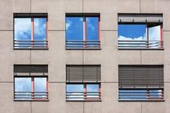 Windows av modern byggnad Arkivfoto