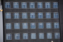 Windows av Reykjavik, Island traditionellt kommunalt Royaltyfri Bild