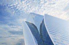 Windows av skyskrapaaffärskontoret Arkivbild