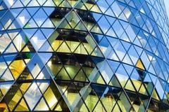 Windows av skyskrapaaffärskontoret, företags byggnad i London Arkivbilder