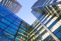Windows av skyskrapaaffärskontoret, företags byggnad i London Arkivfoton
