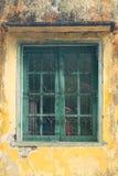 Windows avec des barres d'acier sur les vieux murs de la maison images stock