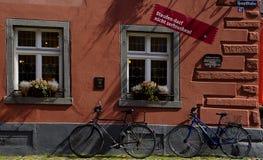 Windows avec des fleurs Staufen im Breisgau Schwarzwald Allemagne Photographie stock libre de droits