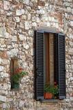 Windows avec des fleurs sur la maison italienne Images libres de droits