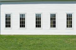 Windows avec le mur blanc Image libre de droits
