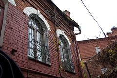 Windows avec le trellis Vieux manoir de brique rouge voronezh image libre de droits