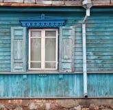 Windows avec les abat-jour ouverts d'un soleil dans le vieux woode bleu détruit Images libres de droits