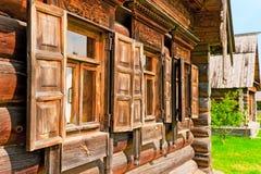 Windows avec les architraves en bois Photographie stock libre de droits