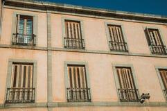 Windows avec les volets fermés dans un bâtiment d'Avila image libre de droits