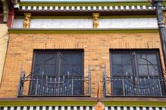 Windows Balconied na construção ornamentado fotografia de stock