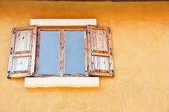 Windows bildete ââof Holz, den gelben Hintergrund Stockbild