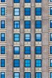 Windows bleu sur un bâtiment inconnu Photos libres de droits