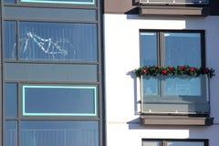 Windows budynek mieszkaniowy, dekorujący dla boże narodzenie wakacji i nowego roku W okno ty możesz widzieć bicykl, a fotografia stock