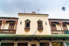 Windows budynek na ulicie Mellah, Żydowska ćwiartka w Fes Maroko fotografia stock