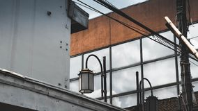 Windows byggnad och klassisk stilgatalampa royaltyfria bilder