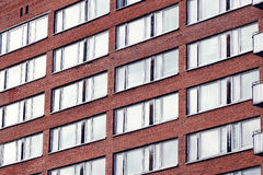 Windows com reflexão na construção de tijolos Imagem de Stock