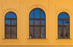 Windows com um arco com reflexão do céu Imagem de Stock