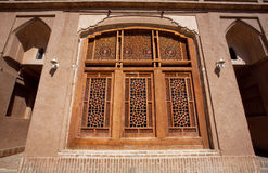 Windows con el modelo sobre el vidrio en una casa vieja Imagenes de archivo