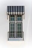 Windows con el toldo blanco y negro Fotografía de archivo