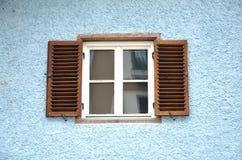 Windows con gli otturatori fotografie stock