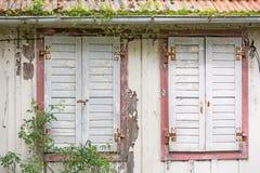 Windows con gli otturatori della finestra di una casa decomposta Fotografia Stock Libera da Diritti