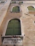 Windows con gli otturatori verdi Immagini Stock Libere da Diritti