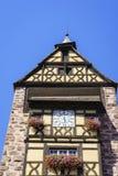 Windows con i fiori nell'Alsazia, Francia Immagini Stock Libere da Diritti