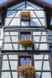 Windows con i fiori nell'Alsazia, Francia Fotografie Stock Libere da Diritti
