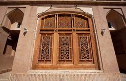 Windows con il modello su vetro in una vecchia casa Immagini Stock