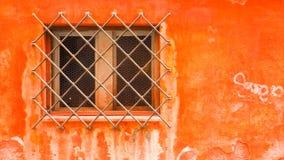 Windows con l'acciaio di protezione con la parete arancio a Venezia Fotografie Stock Libere da Diritti
