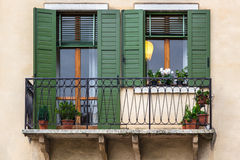 Windows con las persianas verdes, Verona Fotografía de archivo libre de regalías