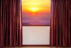 Windows con le tende ed i ciechi che guardano fuori alba di vista di raduno della struttura della finestra l'alta Fotografia Stock