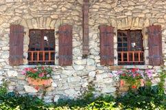 Windows con los obturadores de madera Fotografía de archivo