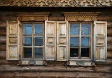 Windows con los obturadores, modelados en la pared del viejo h de madera Fotos de archivo libres de regalías