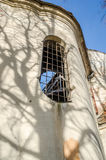 Windows con rejillas y modelos decorativos en las ruinas de viejo Christian Church histórico Imágenes de archivo libres de regalías