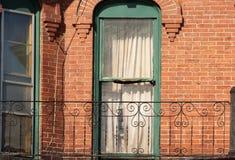 Windows d'annata sulla vecchia costruzione di mattone Immagini Stock Libere da Diritti