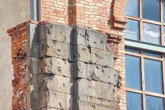 Windows d'un immeuble, cadres symétriques dans une maison grise beaucoup de salles dans une maison construction de logement moder photos libres de droits