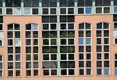 Windows d'un immeuble de bureaux Images libres de droits