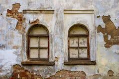 Windows d'un manoir médiéval abandonné Photographie stock