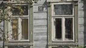 Windows d'une vieille maison en bois banque de vidéos