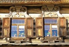 Windows da casa de madeira do russo construída no estilo country tradicional do russo Imagem de Stock Royalty Free