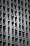 Windows da construção de escritório para negócios moderna dentro na cidade Imagem de Stock Royalty Free
