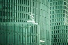 Windows dans des immeubles de bureaux Photographie stock libre de droits
