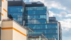 Windows dans des immeubles de bureaux dans Tverskaya Zastava près de temple de timelapse de Saint-Nicolas à Moscou, Russie banque de vidéos