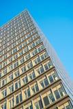 Windows dans l'immeuble de bureaux au crépuscule, ciel bleu Photographie stock libre de droits