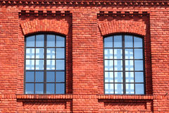 Windows dans la maison de brique rouge Photo stock