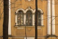 Windows dans la vieille église Photographie stock libre de droits
