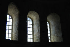 Windows dans la vieille église Images stock