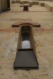 Windows dans un bâtiment néo--roman Photos libres de droits